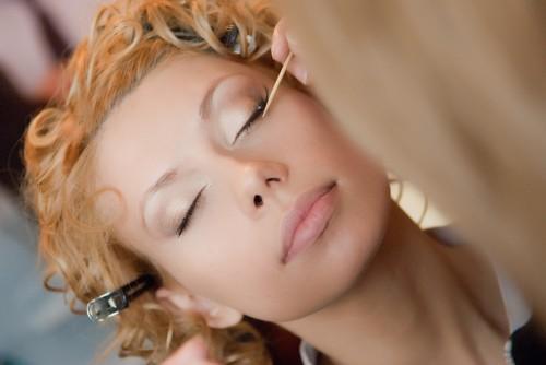 Скрыть недостатки кожи– правильный макияж.